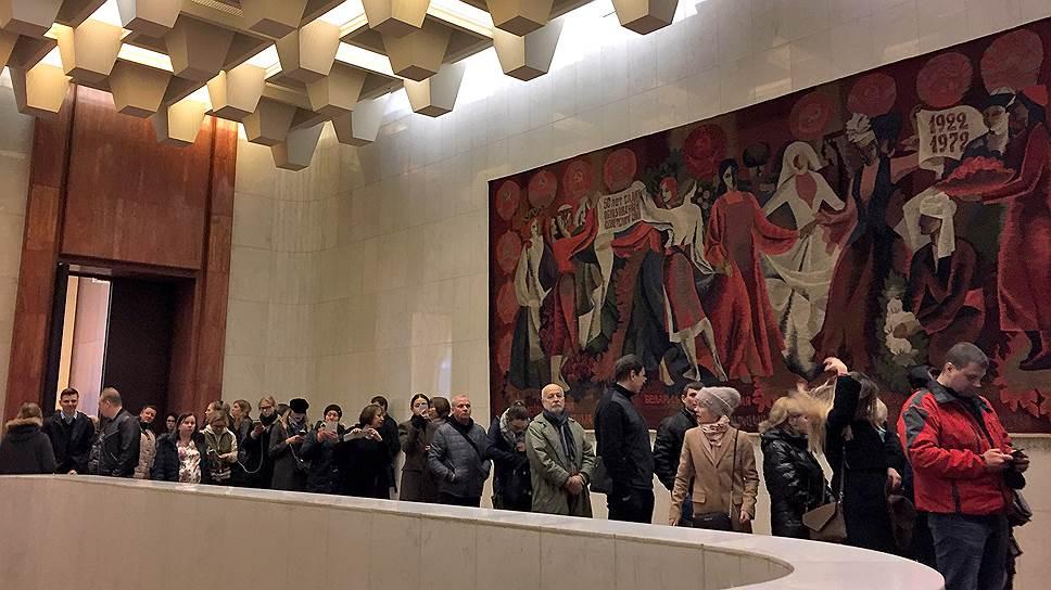 Избиратели во время голосования на избирательном участке в посольстве России во Франции