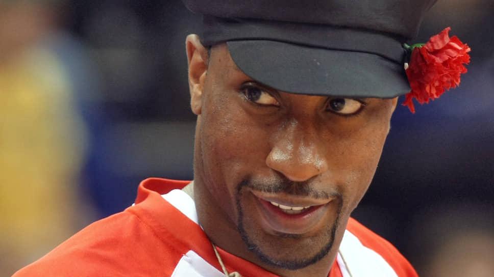 В октябре 2003 года получил российское гражданство американский баскетболист Роберт Джон Холден. С 2002 года по 2011 год он играл за баскетбольный клуб ЦСКА