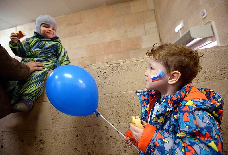 Дети на избирательном участке в Москве