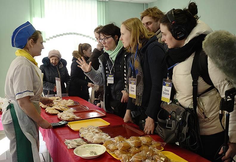 Избиратели на участке № 2714 в ГБОУ Школа № 814 в Москве