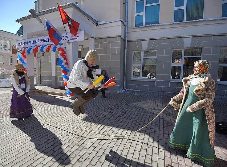 Выступление артистов перед избирательным участком в Москве