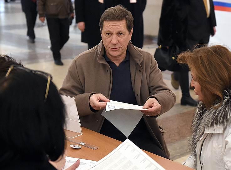 Первый зампредседателя Госдумы Александр Жуков c супругой Екатериной во время голосования