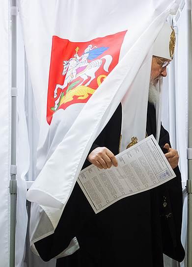 Патриарх Московский и Всея Руси Кирилл во время голосования на избирательном участке в Москве