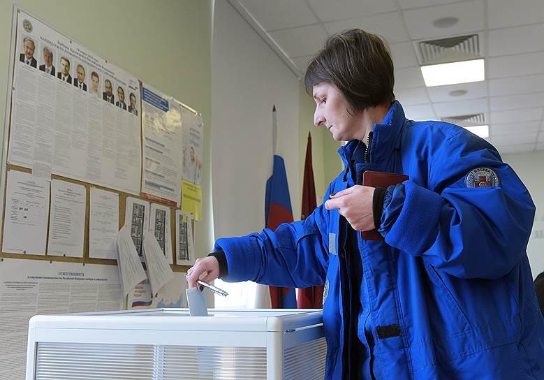 Избиратели на участке в Городской клинической больнице им. Н. И. Пирогова во время голосования
