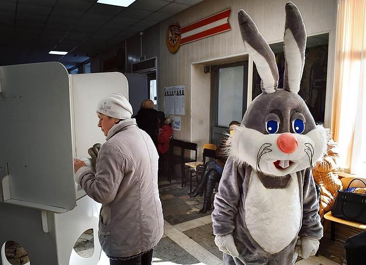 Избиратели во время голосования на одном из избирательных участков в Балашихе
