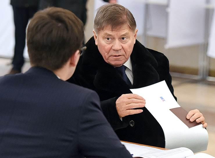 Председатель Верховного суда России Вячеслав Лебедев на избирательном участке во время голосования