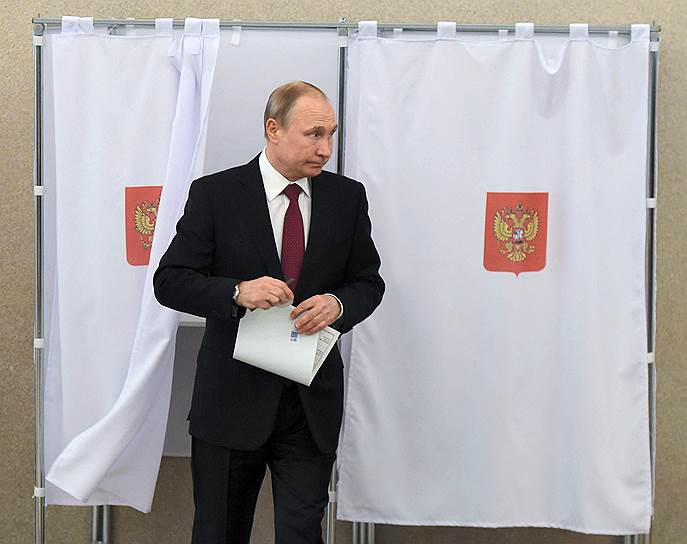 Кандидат в президенты РФ, действующий глава государства Владимир Путин на избирательном участке во время голосования