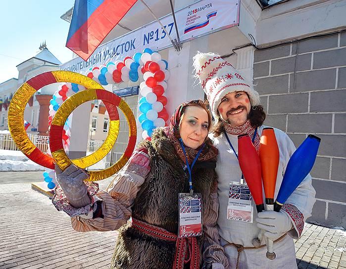 Голосование на выборах президента РФ в Москве. Участники концертной программы рядом с избирательным участком № 137