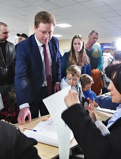 Губернатор Севастополя Дмитрий Овсянников во время голосования