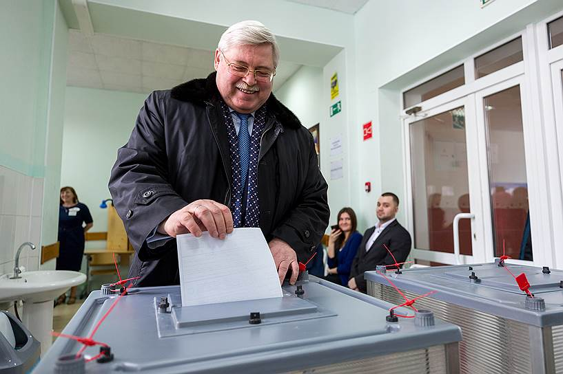 Губернатор Томской области Сергей Жвачкин во время голосования