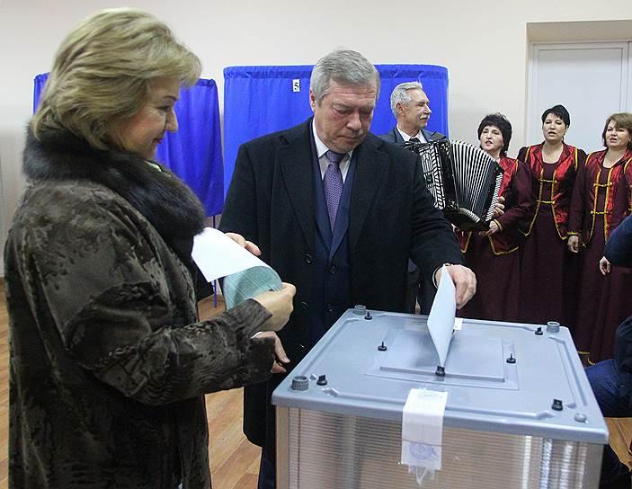 Губернатор Ростовской области Василий Голубев (в центре) во время голосования