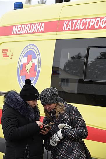 Участники митинга в Волоколамске у здания Центральной районной больницы, куда были госпитализированы дети с диагнозом «отравление»
