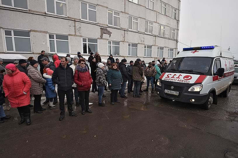 Участники митинга в Волоколамске у здания Центральной районной больницы