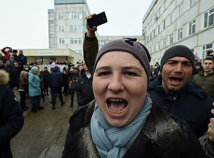 Жители Волоколамского района, вышедшие на митинг после сообщений об отравлении школьников
