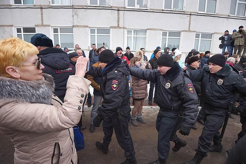 Сотрудники полиции и участники митинга у здания Центральной районной больницы в Волоколамске