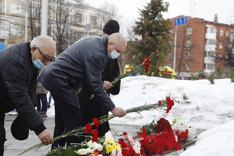 Возложение цветов к мемориалу на трехлетнюю годовщину пожара