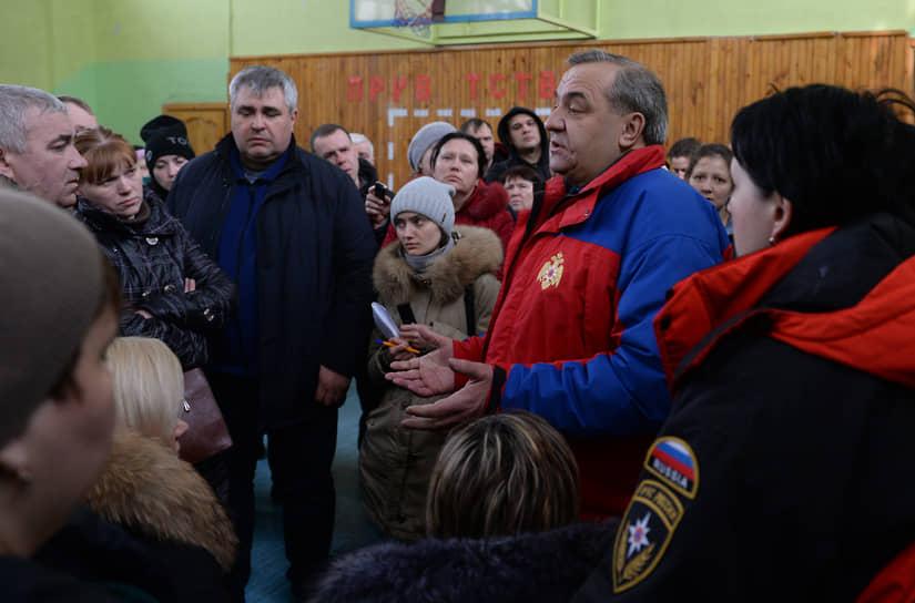 На фото: на тот момент глава МЧС РФ Владимир Пучков (справа) общается с родственниками пострадавших при пожаре в «Зимней вишне»