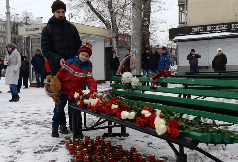 После трагедии люди несли цветы, свечи и мягкие игрушки к зданию торгового центра