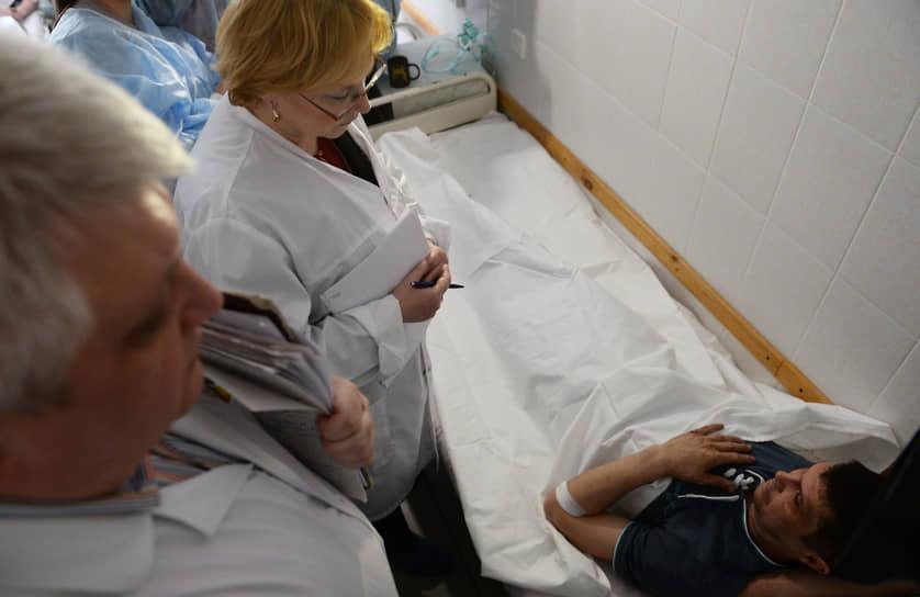 Пострадавшими числились около 80 человек<br> На фото: на тот момент министр здравоохранения России Вероника Скворцова общается с одним из пострадавших при пожаре