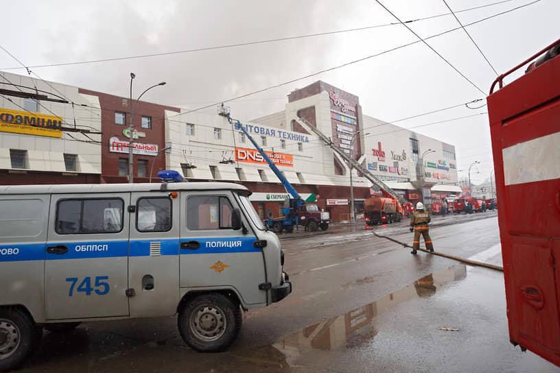 Огонь быстро перекинулся на четвертый этаж, где были расположены детские игровые комнаты и кинотеатр. Распространению пожара способствовали пустоты в перекрытиях и старая вентиляция