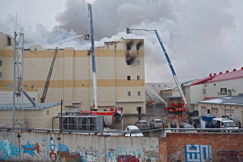 Из торгового центра были эвакуированы более 700 человек. К ликвидации была привлекли более 800 человек и около 200 единиц техники, включая два воздушных судна