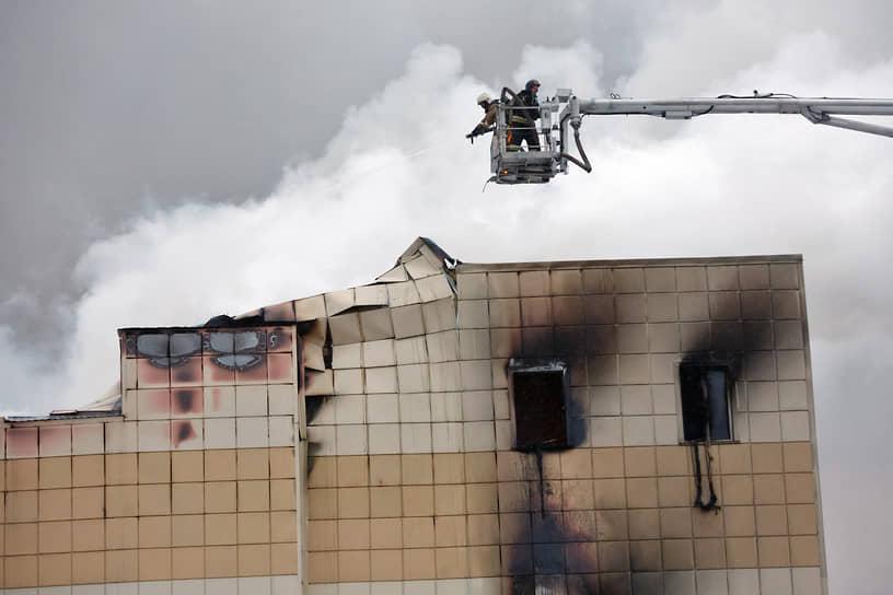 Пожар в кемеровском торгово-развлекательном центре «Зимняя вишня» начался 25 марта в 16:10 по местному времени (12:10 мск). По данным МЧС, очаг находился в скрытой полости между третьим и четвертым этажами — там проходил силовой кабель
