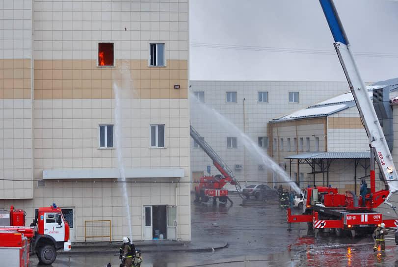 Пожар охватил площадь 1,6 тыс. кв. м. Сначала произошло обрушение перекрытий, а затем и части кровли