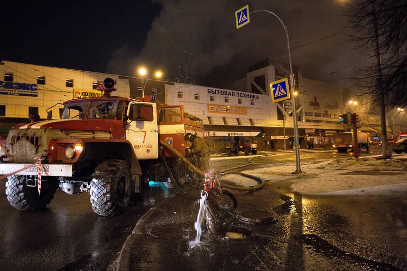 В результате пожара погибли 60 человек, большинство из которых — несовершеннолетние