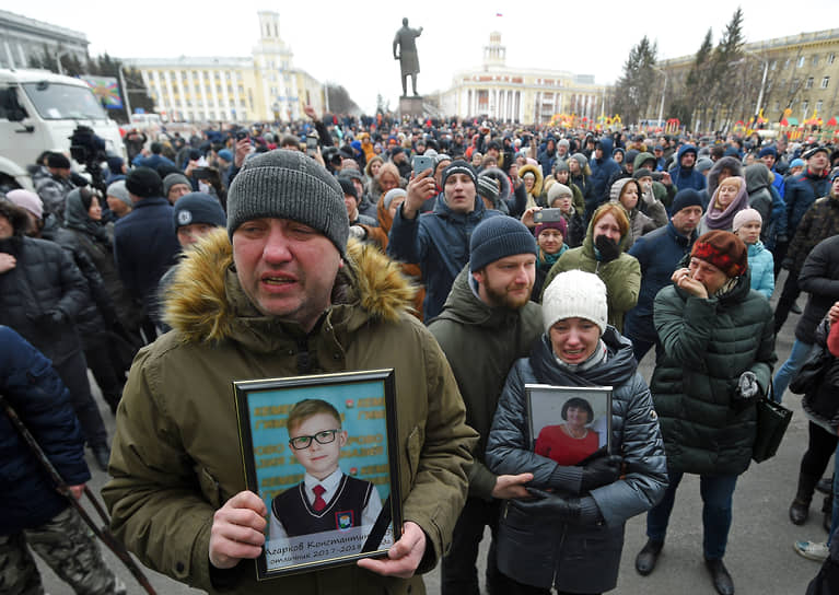 27 марта в Кемерово прошел 11-часовой митинг. Cобравшиеся требовали назвать точное число погибших и отправить в отставку руководство региона и города
