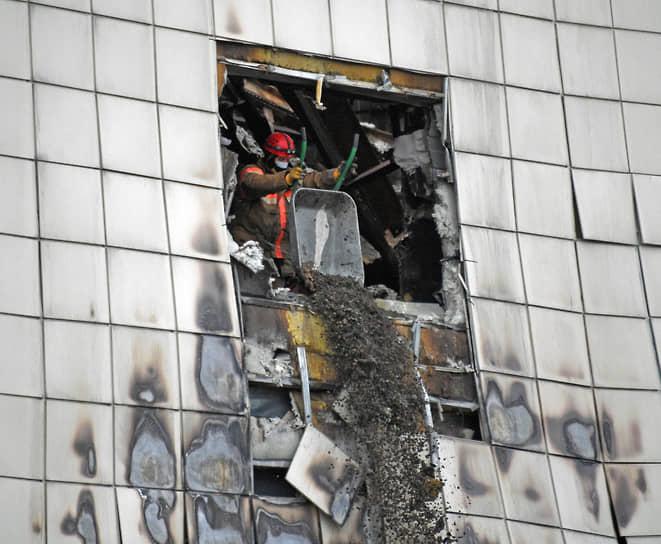 Как показал опрос ВЦИОМ, большинство россиян (68%) считали, что вина за гибель людей в Кемерово лежит на владельцах «Зимней вишни», которые не обеспечили надлежащий уровень пожарной безопасности