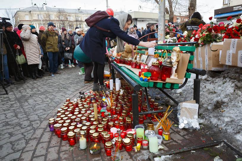 Траурные акции у ТРЦ «Зимняя вишня» начались на следующий день после трагедии