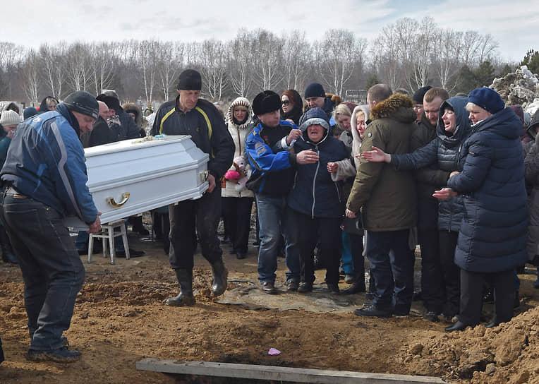 28 марта в Кемерово на Кировском кладбище прошли похороны погибших