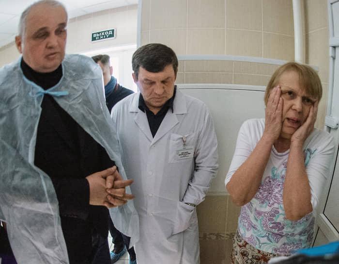 Вице-губернатор Кемеровской области Сергей Цивилев (слева) во время встречи с пострадавшими 29 марта. 1 апреля 2018 года он был назначен врио главы региона, а в сентябре того же года избран с 81,3% голосов