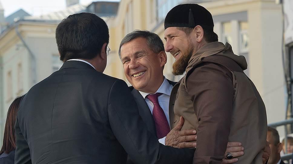 По мнению экспертов, возглавляемые Рамзаном Кадыровым (справа) и Рустамом Миннихановым (в центре) Чечня и Татарстан входят в число регионов с негласным особым статусом