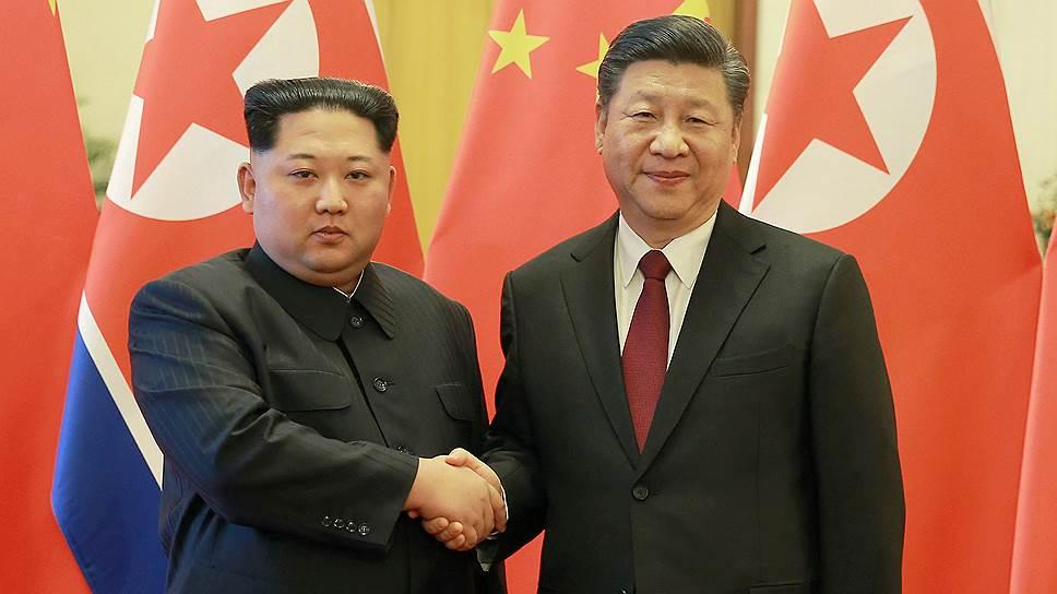 Лидер Северной Кореи Ким Чен Ын (слева) и председатель КНР Си Цзиньпин