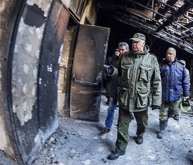 Председатель СКР Александр Бастрыкин (в центре) во время осмотра последствий пожара