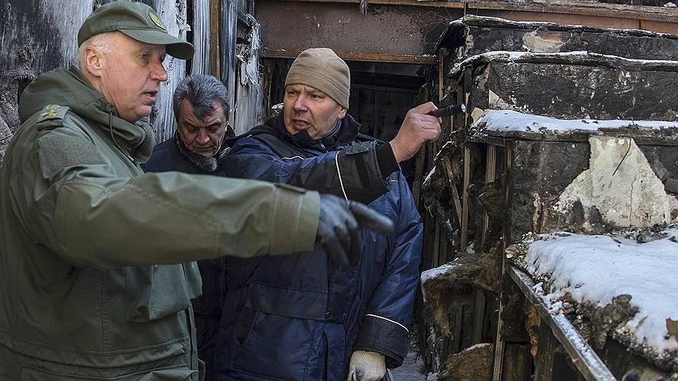 Председатель СКР Александр Бастрыкин (слева) во время осмотра последствий пожара