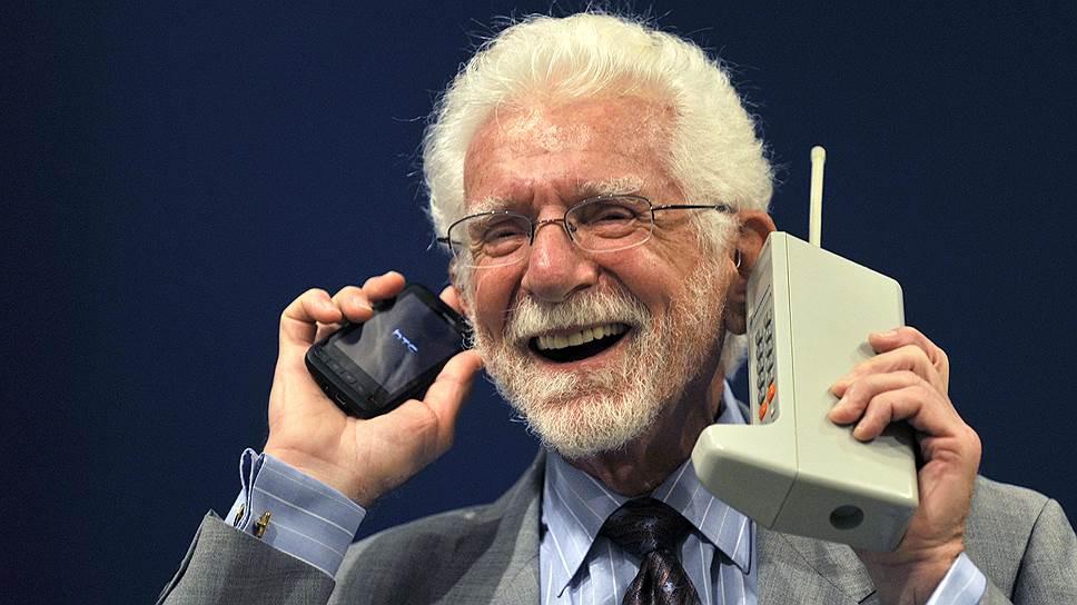 В 1973 году был выпущен первый прототип портативного мобильного телефона — Motorola DynaTAC. Именно с него был совершен первый звонок. Вес устройства составлял почти 1,2 кг, на передней панели было расположено 12 клавиш — 10 цифровых и 2 для отправки вызова и прекращения разговора. Дополнительные функции и дисплей отсутствовали. В режиме ожидания телефон мог работать до восьми часов, в режиме разговора — около одного часа (по другим данным — всего 35 минут). Время зарядки составляло более десяти часов. До 1983 года было создано пять прототипов  На фото: Мартин Купер с современной моделью телефона и Motorola DynaTAC (справа), 2009 год