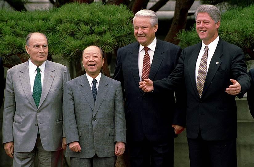 В 1990-е годы Москва стала активно участвовать во встречах «Группы семи», а в 1997-м добилась преобразования элитного клуба в «восьмерку»  На фото: Борис Ельцин и Франсуа Миттеран (слева) с лидерами США и Японии Биллом Клинтоном (справа) и Киити Миядзавой (второй слева)
