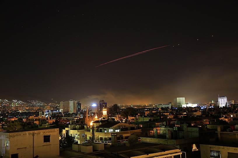 След от ракеты в небе над Дамаском