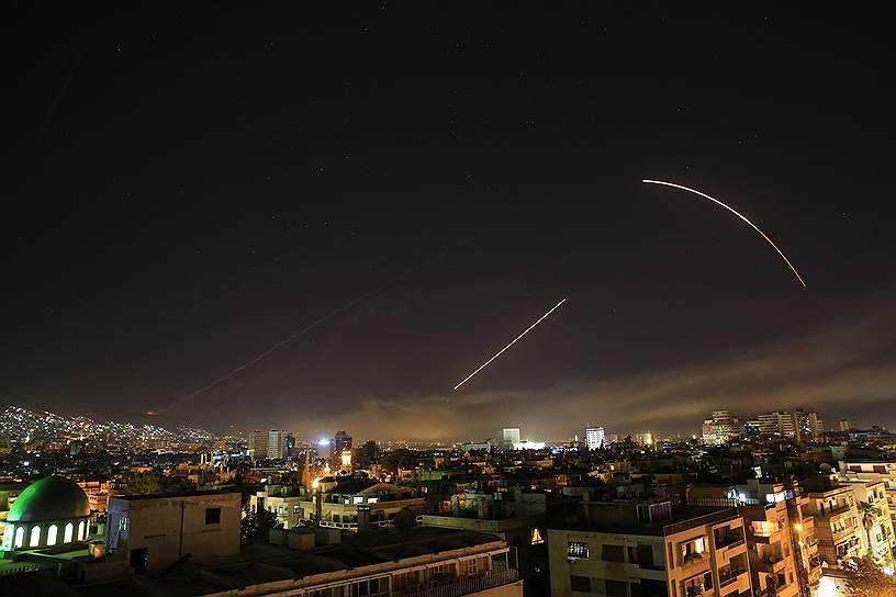 Следы от ракет в небе над Дамаском