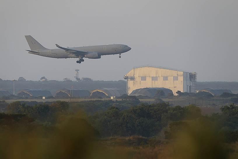 Самолет британских ВВС садится на военной базе на Кипре