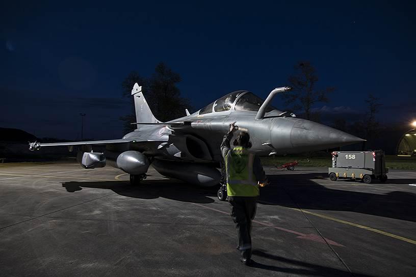 Французский истребитель Dassault Rafale готовится к удару по Сирии