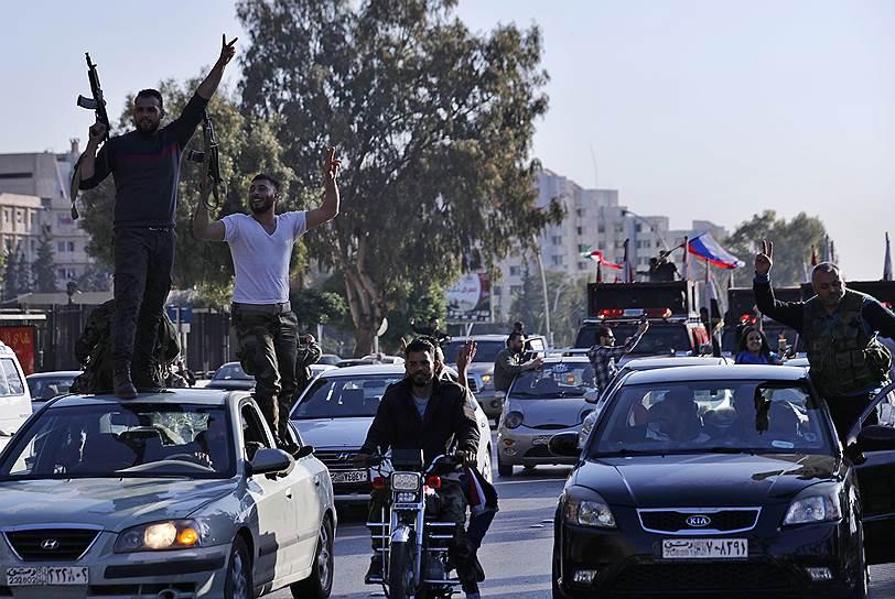 Сирийцы, протестующие против ракетных ударов США и союзников