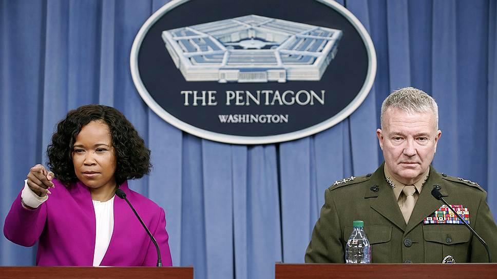 Официальный представитель Пентагона Дана Уайт и представитель Комитета начальников штабов ВС США генерал-лейтенант Кеннет Маккензи