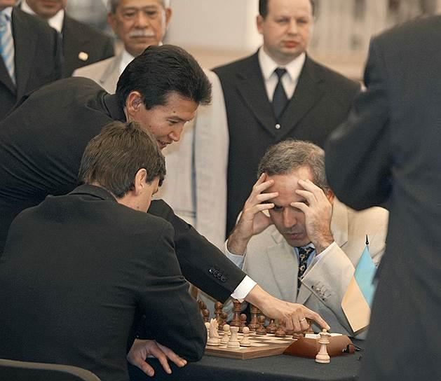 «Слабости характера обычно проявляются во время шахматной партии»<br>В конце 1990-х годов Каспаров организовал тематический сайт «Клуб Каспарова», пытаясь популяризовать шахматы в интернете. В 1999 году под эгидой Microsoft он провел матч против всего мира «Каспаров против мира», выиграв его после 62 ходов, сыгранных за четыре месяца. Соперниками Каспарова стали более 50 тыс. человек из более чем 75 стран<br> На фото: с президентом ФИДЕ и главой Калмыкии Кирсаном Илюмжиновым в Кремле