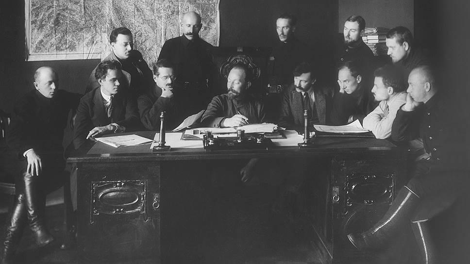 Иосиф Уншлихт (на фото сидит третий слева) считал, что противник может счесть истиной только массированно и систематически распространяемую ложь