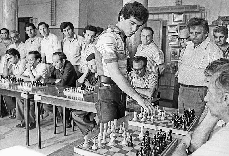 «В шахматах в одиночку не создают шедевров. Нужен соперник высшего уровня»<br>В 1984 году первый матч за звание чемпиона мира Каспаров играл против Анатолия Карпова, соперничество с которым впоследствии станет одной из важнейших страниц в истории шахматного спорта. Вопреки возражениям Каспарова матч был бессрочным — до победы в шести партиях. Матч стал рекордным по продолжительности и числу сыгранных партий (10 сентября 1984 года — 15 февраля 1985 года; 48 партий)