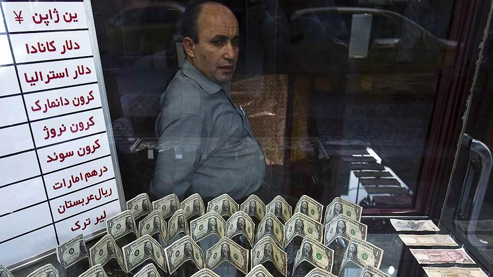 Обменять доллары на риалы у уличных менял очень просто, несмотря ни на какие санкции