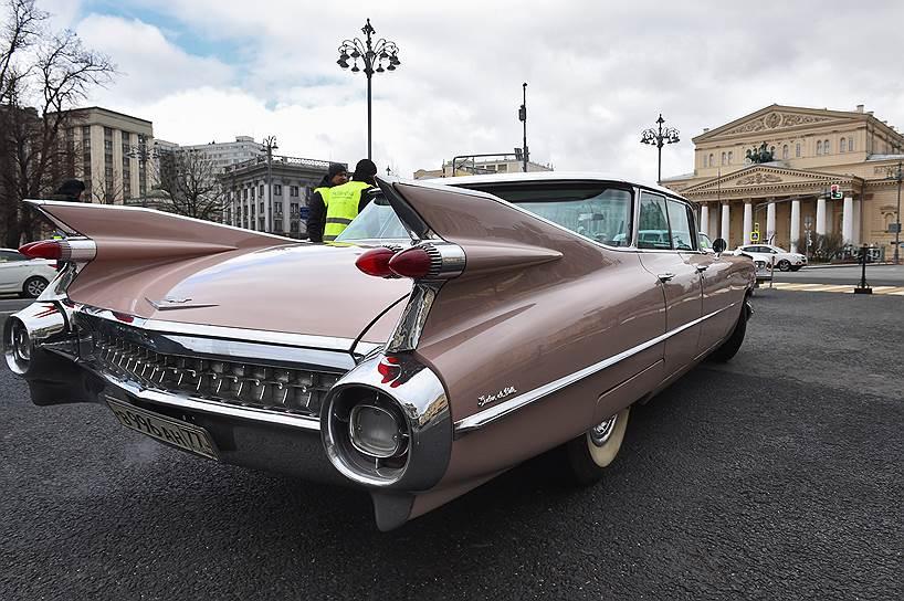 Автомобиль перед стартом напротив Большого театра